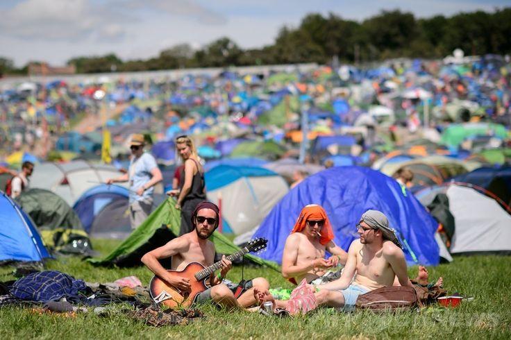 英南西部サマセット(Somerset)州ピルトン(Pilton)で開幕した世界最大級の野外音楽祭典「グラストンベリー・フェスティバル(Glastonbury Festival)」の会場で日向ぼっこを楽しむ参加者たち(2014年6月25日撮影)。(c)AFP/LEON NEAL ▼27Jun2014AFP|世界最大の英野外音楽祭「グラストンベリー」が開幕 http://www.afpbb.com/articles/-/3018900 #Glastonbury_Festival