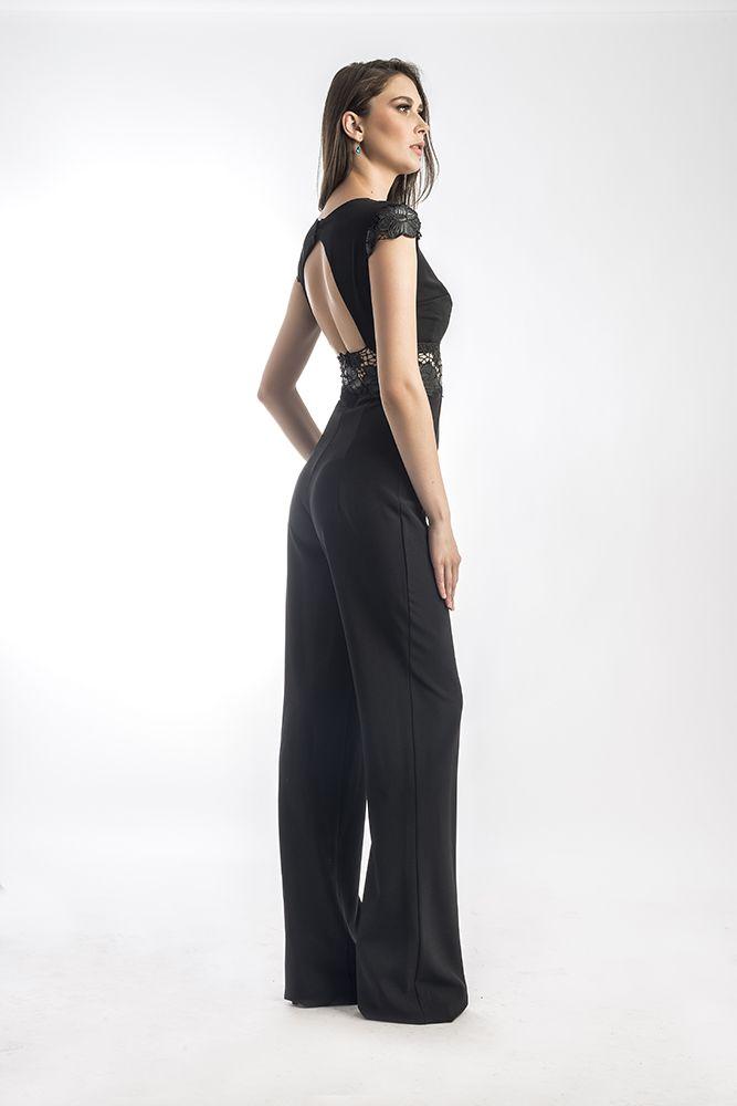 Salopeta by Mireli24 este croită în linii simple cu aspect senzual care reușesc să ofere o apariție extrem de placută. Ținuta se prezintă într-o nuanță de negru, culoarea eleganței, ce-ți va pune în evidență formele, dar și prin pantalonii care cad ușor pe corp, confirmând astfel și influențele stilului modern. Este o salopetă ideală pentru a fi purtată la o petrecere de vară. O puteti achizitona apasand pe link-ul de mai jos: http://goo.gl/mW73ot