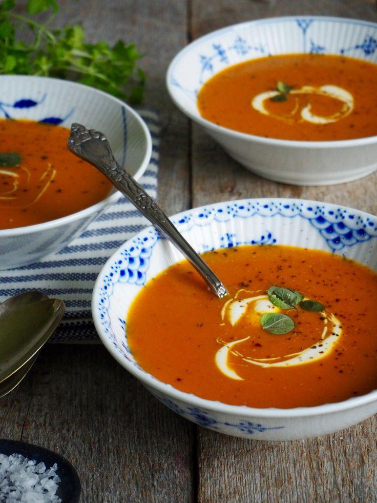 Det er sesong for norske gulrøtter og suppe. Da er det bare naturlig å slå de to sammen og lage en deilig, lett krydret gulrotsuppe. Garantert godt!