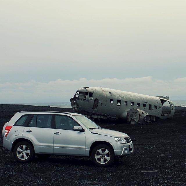 10 x geocachen op vakantie - Reisheid   IJsland, maart 2013. We rijden over de weg naar Vik als het kompas opeens aangeeft dat we naar rechts moeten, de lavavlakte op. Er loopt echter geen weg en er staat ook een hek omheen, dus we weten in eerste instantie niet hoe we de lavavlakte op moeten. Tot we een gat in het hek opmerken. Zou het…? Ik stuur de landrover tussen het hek door en we zien inderdaad iets van een vaag bandenspoor. We volgen het spoor en rijden al rotsblokken ontwijkend…