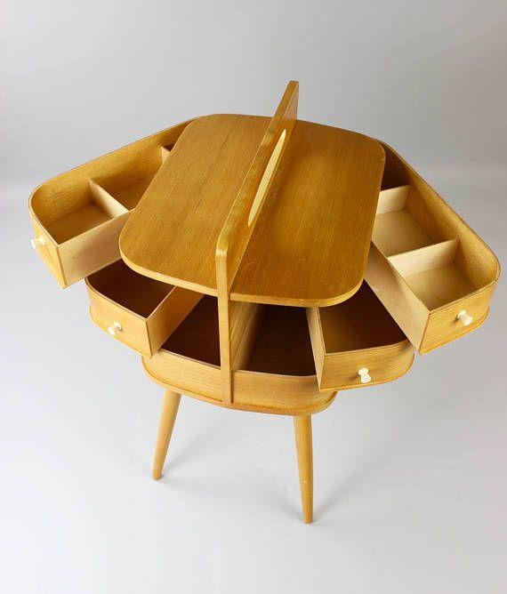 Mid Century Nähkasten, Nähkästchen, Nähtisch, Beistelltisch Ein sehr schöner Nähkasten aus Holz aus den 60er Jahren im Danish Design. Habe mich besonders über den Fund gefreut, da es diese Nähkästen selten in dem hellen Holzton gibt.  Das antike Stück hat folgende Aufteilung: Die obere und mittlere Abteilung lassen sich zum Öffnen seitlich aufgedrehen und ganz unten befinden sind nochmal 2 Fächer.  Nicht nur für deine Nähsachen wunderschön und praktisch - auch für Schmuck, kleine Schätze…