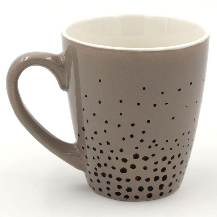Coole DIY Idee: Tassen selbst bemalen mit Porzellan Stiften: mit dem Motiv Punkte Keramik selbst gestalten.