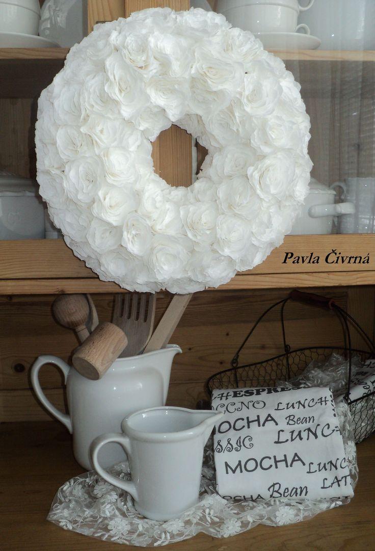 Věnec z bílých květů - celkem 95 ks ručně lepených z krepového papíru