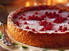 En härlig kaka med krämig fyllning och smak av lingon.
