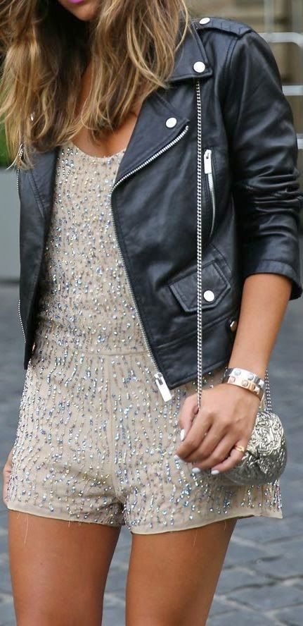 Street styles summer romper Vestido pantalón corto de lentejuelas con chaqueta negra de piel.
