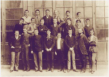 La classe de philosophie d'Alphonse Darlu à Condorcet en 1888. Proust avant dernier rang à gauche, au dessus de lui Raoul Versini. Premier rang troisième à gauche, David David-Weill et avant-dernier du rang Alphonse Darlu.