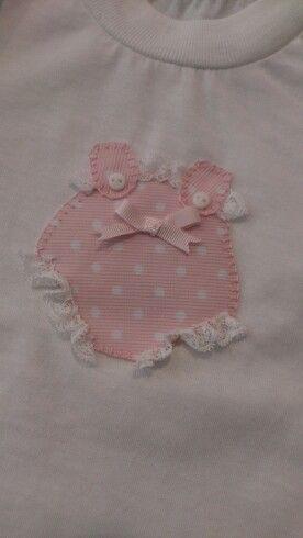 Camiseta con detalle en piqué de lunares en tonos rosas.