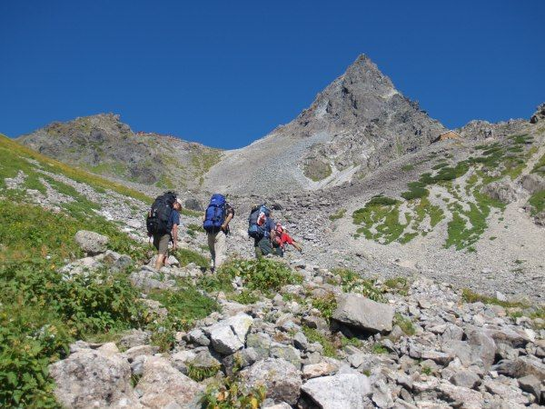 槍沢モレーン上を行く。槍ヶ岳(北アルプス)が正面に大きくなる。北アルプス登山ルートガイド。Japan Alps mountain climbing route guide