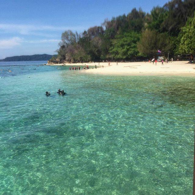 """#天国 に来ました """" """" #マレーシア #ボルネオ島 #アジア旅行 #サピ島 #ビーチフォト #綺麗すぎる #バックパッカー女子 #旅人 #ビーチ好き #beachholic #beachlover #backpackerasia #heaven #iphone6 📱 #greenbeach #travelgram #beachscape #beautifulplace"""