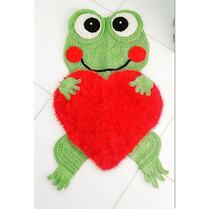 anascroche Dia dos namorados chegando presentei quem você ama com esse lindo tapete de sapinho  #bomdia #goodmornig #croche #namorados #sapo #sapinho #coracao #love #diadosnamorados #crochetersofinstagram #euquefiz #arte #crochet #instagood #cute #fofo