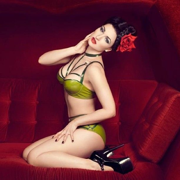Model and muah: @sister_sinister latex: #hmslatex #woman #model #beauty #latex #fashion #red #rose #heels #sofa #makeup #pretty #seductive #green