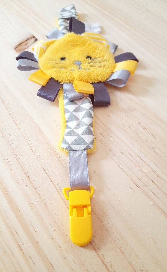 Attache sucette Lion jaune et gris/ attache tétine par LilyeandCo