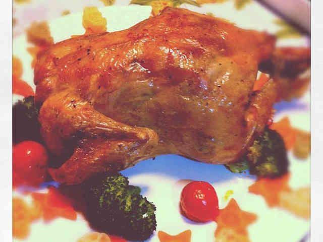 丸鶏を使ったローストチキンの画像