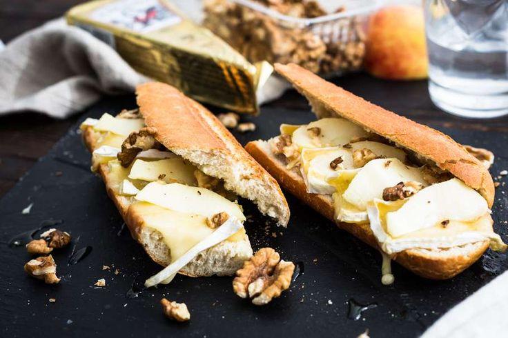 Recept voor broodje brie uit de oven voor 4 personen. Met brie, honing, walnoot, appel en broodje