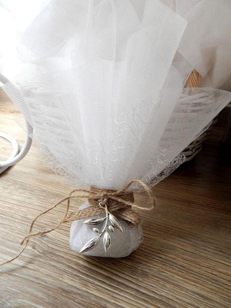 μπομπονιέρα γάμου με τούλι , κορδέλα γιούτα και μεταλλικό λουλουδάκι