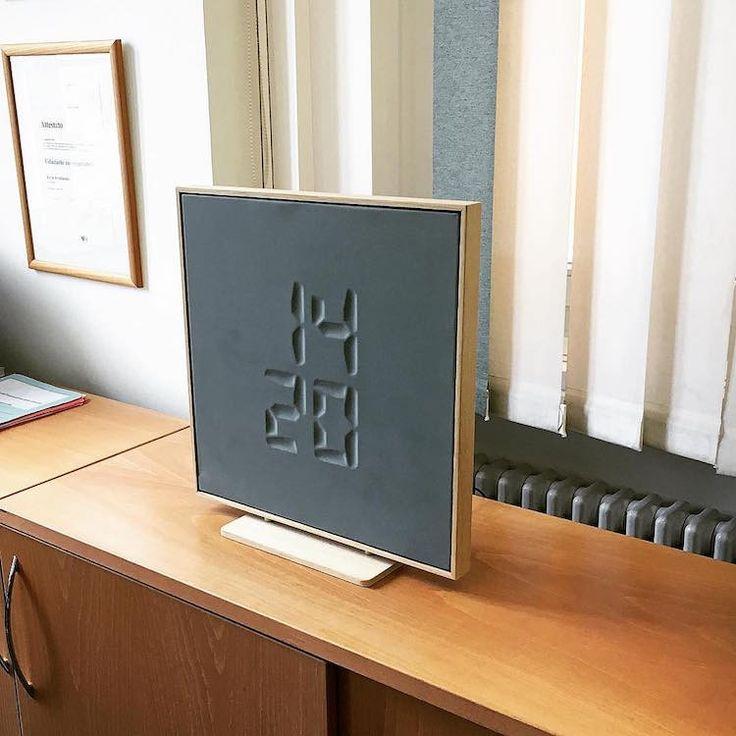 La start-up suisse 42 Foundry a créé une horloge étonnante qui affiche l'heure de manière totalement magique ! En effet, les chiffres apparaissent gravés s