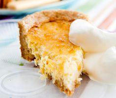 En efterrätt som går ganska lätt att tillaga men är ovanlig och exotisk. En vanlig pajdeg innehållande smör, socker och vetemjöl utgör grunden för pajen. Fyll sedan pajskalet med söt ananas och syrlig crème fraiche.