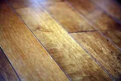 Como consertar riscos em piso de madeira usando maionese | eHow Brasil