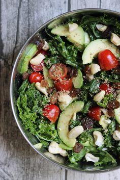 Salade Kale, tomates, avocat, raisins sec, noix de cajou et miel