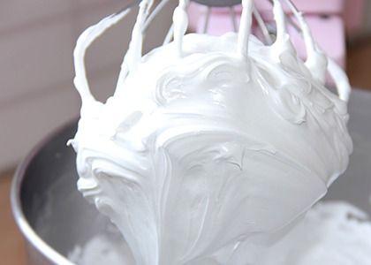 La crème au beurre à la meringue Suisse est très utilisée dans le Cake Design pour tout vos gâteaux en pâte à sucre, parce qu'elle est stable à température ambiante mais aussi pour sa texture douce, elle est délicieuse et légère et tout aussi parfaite pour le glaçage exterieur des layer cakes.