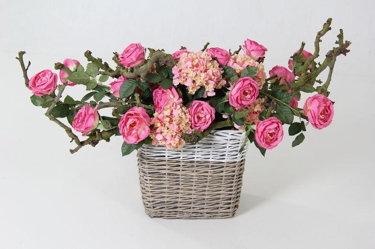Grote mand met roze hortensia en pioen rozen. www.decoratiestyling.nl