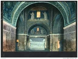 Veduta dall'interno del Mausoleo di Galla Placidia.  Nella lunetta in basso sono rappresentati un armadio, una graticola infuocata e il Santo martire Lorenzo, che, con un libro e una croce in mano, sembra impaziente di consumare sulla graticola la sua stessa vita. Sopra, invece, una coppia di Santi divisa da una fontana.