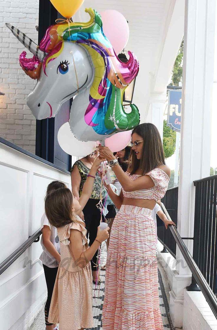 Alessandra Ambrosio, se divierte en la fiesta de cumpleaños de su hija