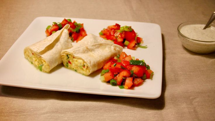 Deze tex-mex burrito met tomaat, bosui, ei en rode peper is echt een recept voor als je lekker wilt koken, maar niet extreem veel tijd hebt.