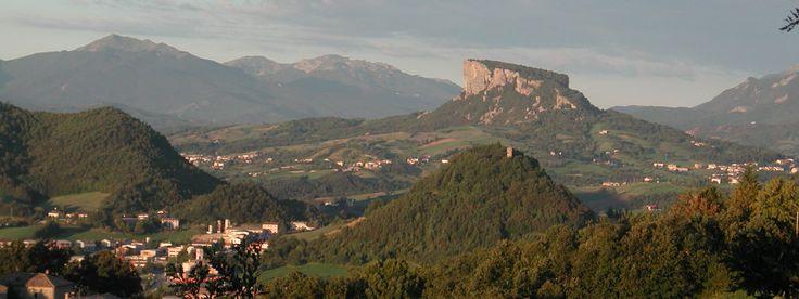 L'Appennino centrale offre infatti la possibilità unica di godere sia di aspri paesaggi rocciosi, che di dolci pendii dagli immensi boschi che si specchiano in laghetti dalle acque cristalline, dove, tra grotte scavate nella roccia, ruscelli freschissimi e cascate, sorgono paesi e borghi antichi che vivono di storia e tradizioni, sospesi tra passato e presente. http://romanticoweekend.blogspot.de/p/montagne-centro.html #montagna #mountain #italy #italia #romanticoweekend #viaggi #travel