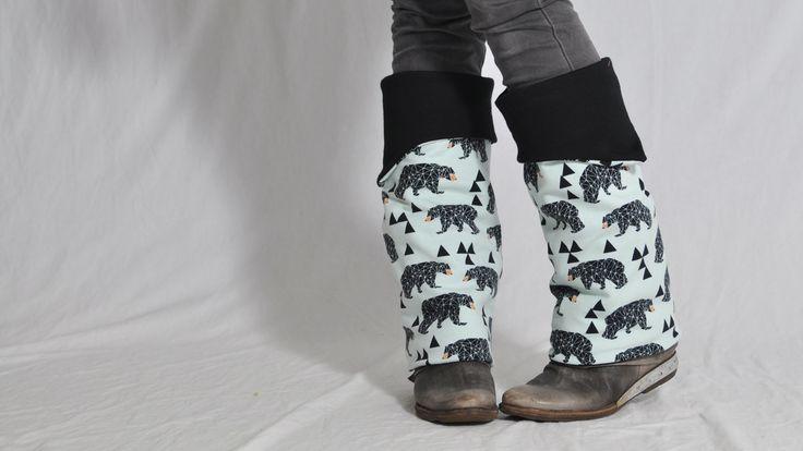 """Brrrr…. Ist das kalt. Und die Stiefel schaffen's auch nicht, deine Beine warm zu halten? Dann nähe dir ratzi-fatzi die """"bein.STULPEN"""". Sind sie nicht ein toller Hingucker? Nie wieder kalte Beine! Und zu allem Überfluss noch wendbar …♥ und für die Kleinen (oder besonders schlanke Waden, die ja eigentlich verboten gehören ;-) natürlich auch..."""