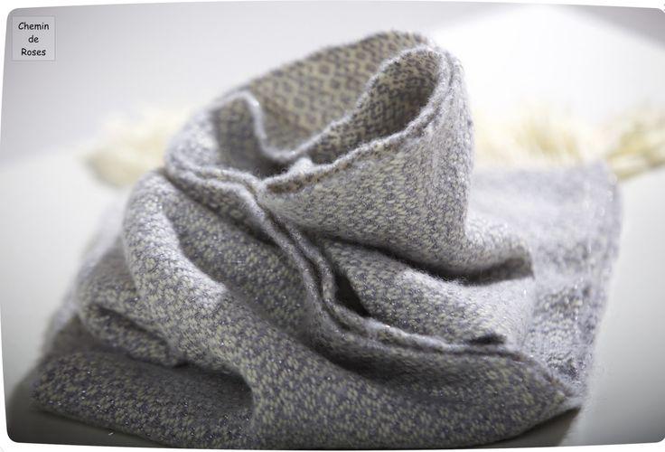 Echarpe tissée main, laine écrue et grise , fil métallisé : Echarpe, foulard, cravate par chemin-de-roses