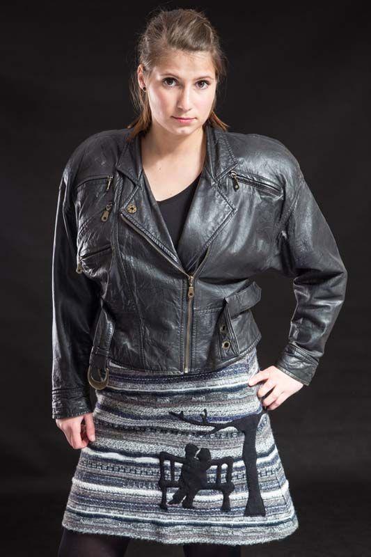 sukně če-še Ona a On 130103 Sukně je ušitá z pleteniny černo-šedé ve tvaru písmene A, pečlivě podšitá, zapínání je na levé straně na krátký zip. Krásná černá aplikace je ve stylu japonského patchworku. Rorměry : šířka složené sukně : pas - 38 cm dole - 66 cm délka - 60 cm