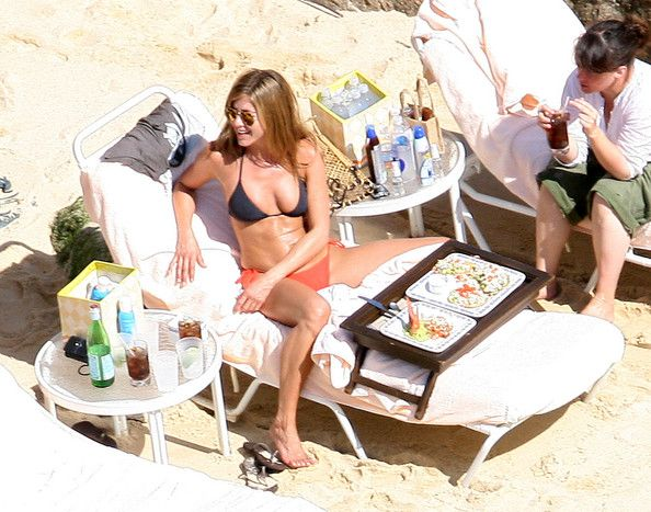 Jennifer Aniston Photos Photos - Jennifer Aniston enjoys some guacamole and seafood by the beach in Cabo, and later on pet a puppy french bulldog.