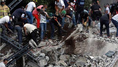 Τραγικές εικόνες στο Μεξικό: Γονείς αναζητούν ίχνη ζωής στα ερείπια του σχολείου..