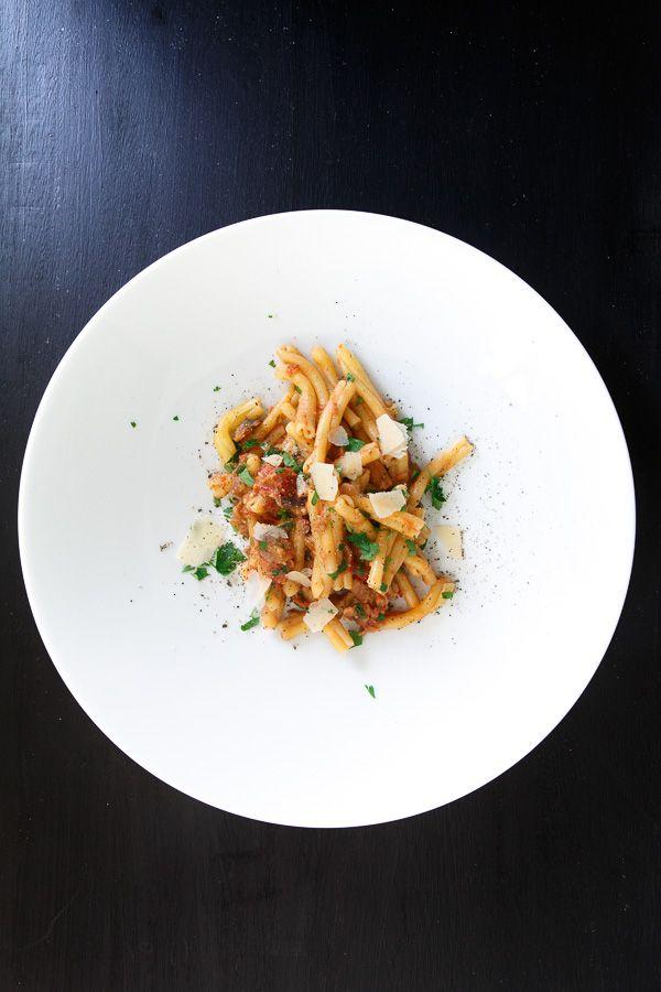 Leckere Pasta mit einer Auberginen-Tomaten-Sauce und ein paar Eßlöffel Rotwein. Dazu frischer Parmesan und ein leicht gekühltes Glas Chianti.