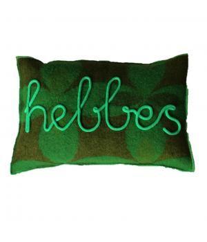 Kussen gemaakt van oude wollen dekens en afgewerkt met felgroene accenten. Aan de voorzijde het woord HEBBES in gepunnikte letters. Het kussen sluit met een knoopsluiting aan de achterzijde. De prijs is inclusief binnenkussen