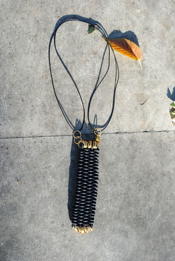 COLIER - țesătură cablu industrial cu elemente metalice, prindere cu ața cerată; timp de lucru 2 ore - NECKLACE - tissue of electric cable with metallic elements,tied with waxed thread; time 2 hours -