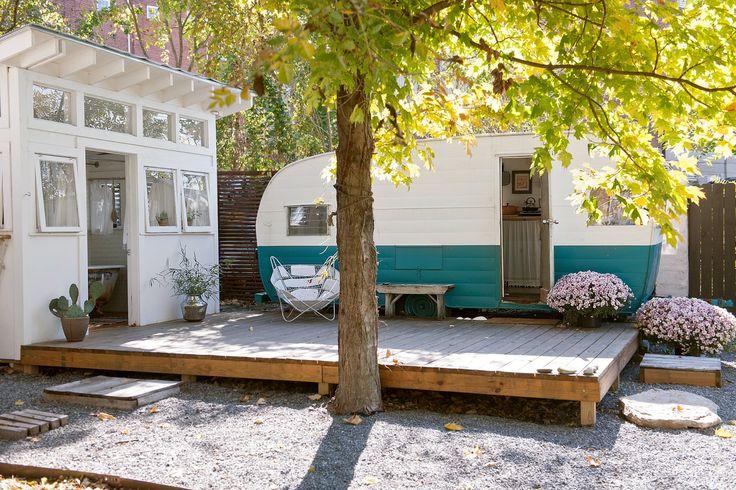 【自宅でも楽しめちゃう】庭に置かれたキャンピングカーの隠れ家的離れ | 住宅デザイン