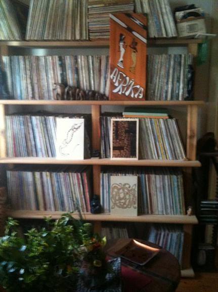 VERKAUFE private Schallplattensammlung - ca. 2.800 bis 3.000 LP's und Maxi-Singles!!!  ... bestehend aus vorwiegend Rock, Pop, ein wenig Klassik und Volksmusik, in gutem bis sehr gutem Zustand (waren auch im Einzelverkauf auf eBay eingestellt - hab nur einfach keine Zeit mehr dafür).  NUR gegen SELBSTABHOLUNG! NUR ernsthaft Interessierte mail an: docati@aon.at