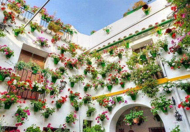 """A primavera traz cenas lindas e floridas ao redor do mundo, mas na cidade de Córdoba ela ganha um incentivo a mais no início de maio. O desfile chamado """"Batalha das Flores"""" acontece anualmente junto com a competiçãoFiesta dos Pátios, feita entre quem tem os vasos mais bonitos na janela durante a época. A população parece se empenhar bastante na hora de decorar suas grades de ferro e fachadas com plantas e flores, com destaque para jasmins, gerânios e cravos, além de fontes de água. Nem…"""