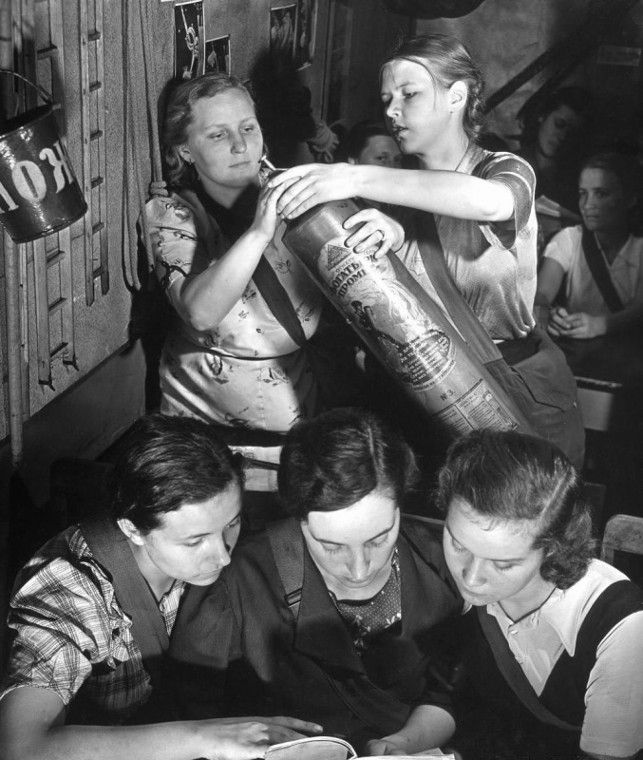 Москвички на курсах по гражданской обороне. 1941 год. Фото М. Бурк-Уайт.