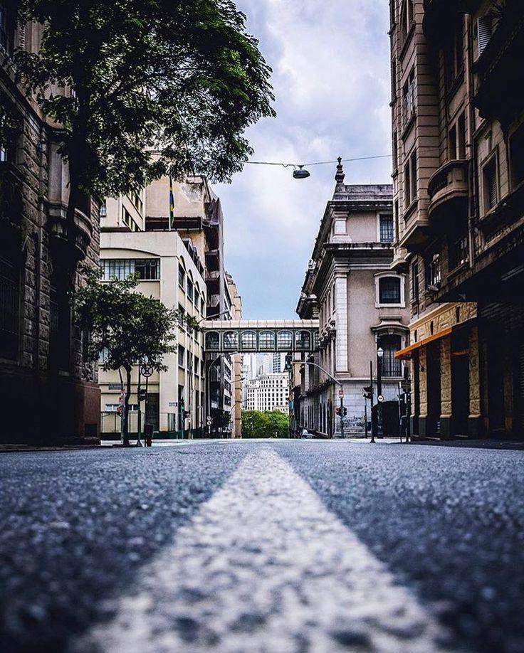 Centro de São Paulo by @vn.nigrofotografia Alguém sabe o nome dessa rua?  #saopaulocity #EuVivoSP