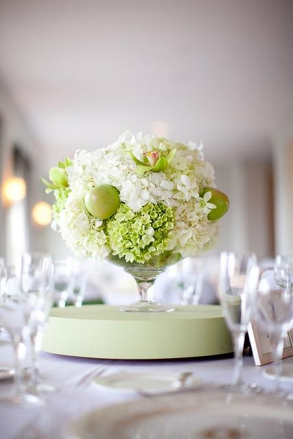 <3  flower: Centerpiece Ideas, Apple Centerpieces, Centerpieces Ideas, Flowers Centerpieces, Green Apples, Flowers Arrangements, Formal Apples, Apples Centerpieces, White Tablecloths