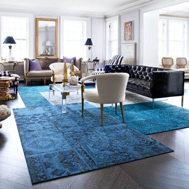 tapis patchwork bleu et gris et canapé en cuir capitonné dans le salon
