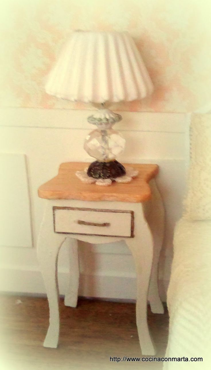 Mi casita de muñecas: Mesita y lampara