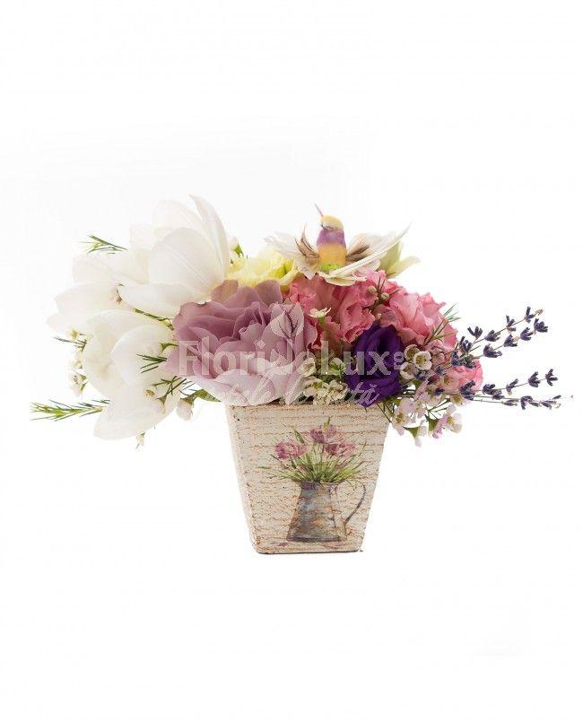 Aranjament delicat pentru orice ocazie! Alege azi cele mai frumoase aranjamente florale pentru livrare gratuita oriunde in Romania!