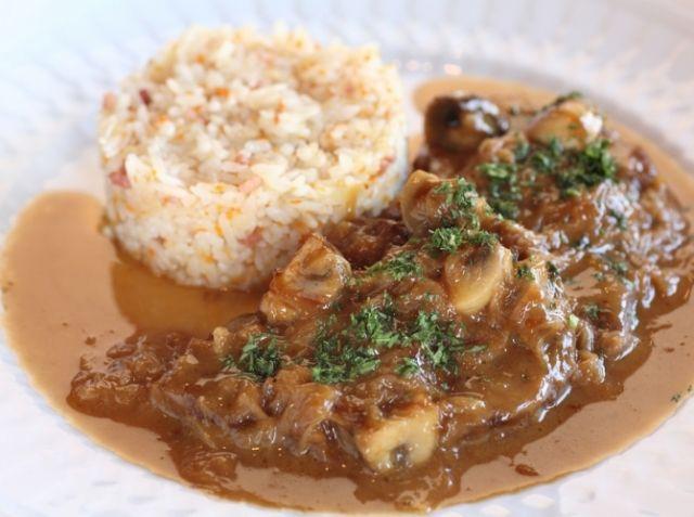 ビーフストロガノフ - 坂井 宏行シェフのレシピ。玉葱は必ず飴色になるまでいためる。 牛フィレ肉はなるべく動かさずに焼き過ぎず、焼き色をつけるようにする。