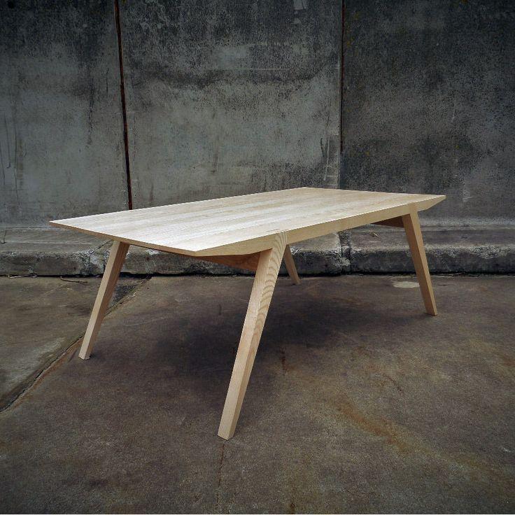 Fabriquée dans mon atelier, cette table basse est en frêne massif (labellisé PEFC)  Dimensions L 120 cm X P 40 cm X H 45 cm  Matériaux Au choix: Frêne / Chêne / Hêtre / Érable / (autre sur demande)  Finition Huile dur/ Vernis naturel / (autre sur demande)