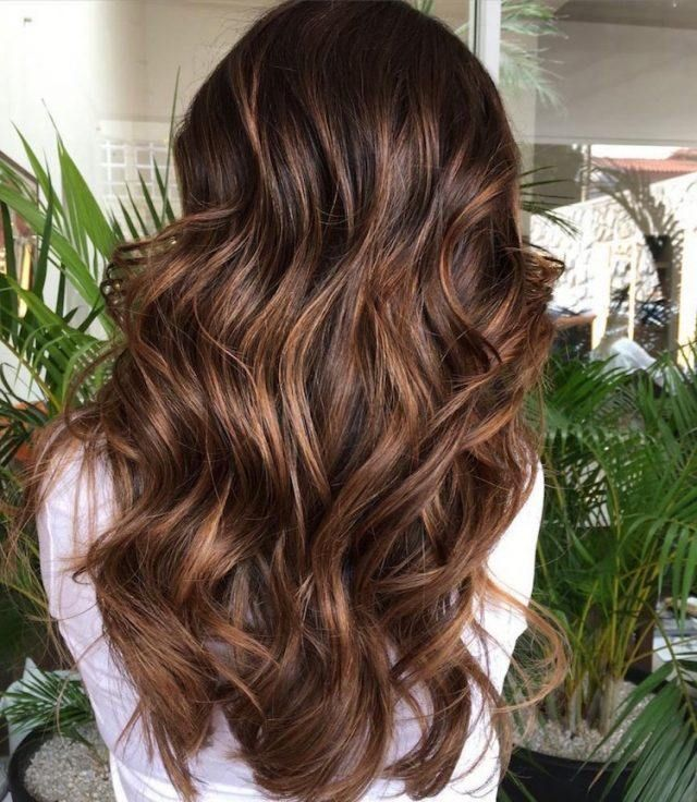 Balayage caramel pour apporter des reflets gourmands aux cheveux châtains et bruns