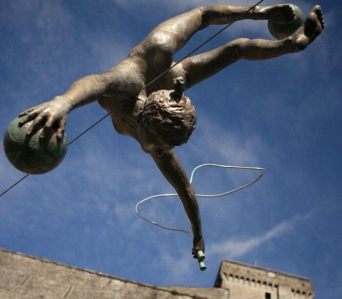 Statue in bilico su cavi sospesi che attraversano piazze, giardini pubblici e grattacieli, sono le opere magistrali dell'artista polaccoJerzy Kedziora,...